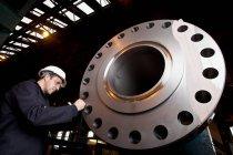 Працівник дослідження металу в сталевому Forge — стокове фото