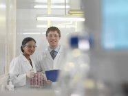 Techniciens de laboratoire et boîtes de Pétri — Photo de stock