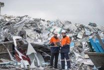Arbeiter inspizieren Schrott in Aluminium-Recyclinganlage — Stockfoto