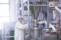 Fabrikarbeiter arbeiten in Produktion nahrungsmittelfabrik — Stockfoto
