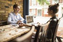 Empresario y mujer que trabaja en la cafetería, Londres, Reino Unido - foto de stock