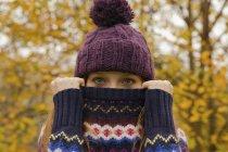 Крупним планом портрет молодої жінки в парку з перемички приховує обличчя — стокове фото
