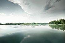 До сих пор озеро в сельский пейзаж — стоковое фото