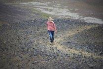 Ragazza passeggiando nel paesaggio roccioso — Foto stock