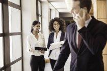Молодих підприємців і бізнесмен в офісі коридор — стокове фото