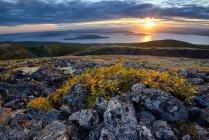 Tramonto sopra il lago imandra, khibiny montagne, penisola di kola, russia — Foto stock