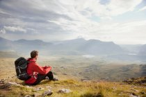 Hiker overlooking view from mountaintop — Stock Photo