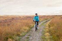 Женщина на горных велосипедах грязи пути — стоковое фото