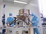 Робочі збірки супутникова тарілка — стокове фото