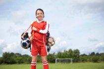 Футболист с мешком мячей — стоковое фото