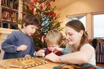 Maison familiale décorative en pain d'épice — Photo de stock
