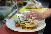 Chef préparer porchetta plat dans la cuisine du restaurant italien traditionnel, gros plan — Photo de stock