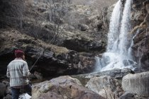 Man fishing by waterfall, River Toce, Premosello, Verbania, Piedmonte, Itália — Fotografia de Stock