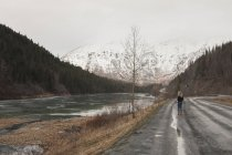 Jeune femme sur la route, Girdwood, Anchorage, Alaska — Photo de stock