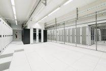 Білій кімнаті в сховище для зберігання даних — стокове фото