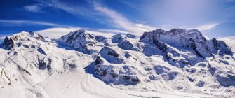 Снежные горы и синее небо — стоковое фото