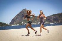Jovens jogging na praia, Rio de Janeiro, Brasil — Fotografia de Stock