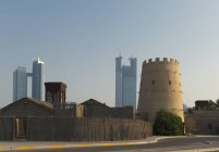 Стара фортеця Арабські та ультрасучасні хмарочоси — стокове фото