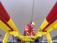 Turbine d'escalade d'ouvrier de parc éolien offshore, vue d'angle élevé — Photo de stock