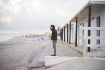 Uomo di età media di fronte spiaggia capanne, Sorso, Sassari, Sardegna, Italia — Foto stock