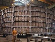 Робочий кран-експлуатаційним заводом — стокове фото
