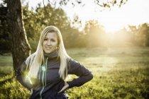 Ritratto di giovane donna nel parco illuminato dal sole — Foto stock