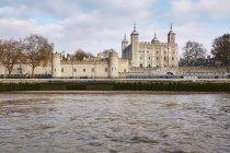 Вид на Лондонський Тауер вище річкової води — стокове фото