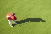 Высокий вид гольфиста и теневой кладки — стоковое фото
