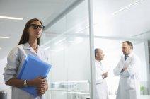 Médicos do sexo feminino e masculino no trabalho no escritório — Fotografia de Stock