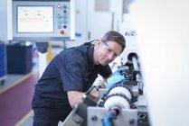 Engenheiro de montagem de máquina de afiar na fábrica — Fotografia de Stock