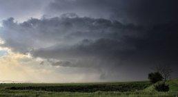 Полосатое облако стены сгибается вокруг основания восходящего потока — стоковое фото