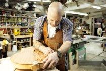 Гітара Maker вимірювання дерев'яної форми гітари в майстерні — стокове фото