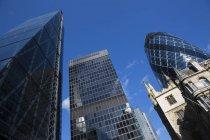 Вигляд знизу Кенері-Уорф, огірка-корнішона, вул Ендрю Undershaft, Лондон, Англія — стокове фото
