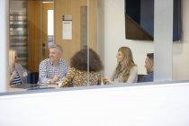 Встреча бизнесменов и женщин за столом конференций — стоковое фото