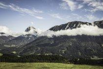 Paysage de montagnes et de nuages bas — Photo de stock