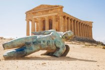 Modern sculpture of Icarus in front of the Temple of Concordia, Valley of the Temples, Sicily, Italy — Stock Photo