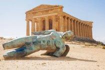 Escultura moderna de Ícaro na frente do templo da Concórdia, vale dos templos, Sicília, Itália — Fotografia de Stock