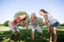 3 mulheres de geração com lúpulo hula — Fotografia de Stock