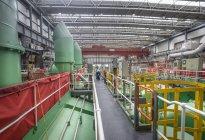 Ingénieur électricien inspectant les câbles pendant une panne de centrale — Photo de stock