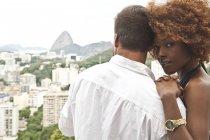 Couple sur la terrasse, Sugarloaf Mountain en arrière-plan, Rio, Brésil — Photo de stock