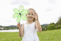 Mädchen mit Blume geformt Windrad — Stockfoto