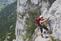 Grimpeur femelle sur via ferrata Che Guevara avec câble fixe, Monte Casale, Trentino, Italie — Photo de stock