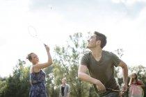 Gruppe junger Erwachsener spielt Badminton im Feld — Stockfoto