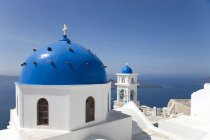 View of white washed church with blue domes, Oia, Santorini, Cyclades, Greece — Stock Photo