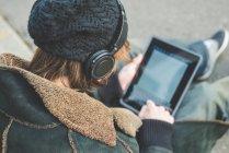 Homem usando tablet digital no lancil, Milão, Itália — Fotografia de Stock