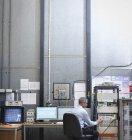 Wissenschaftler am Arbeitsplatz der schalltoten Kammer — Stockfoto