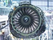 Detalle del motor a reacción en fábrica de mantenimiento de aeronaves - foto de stock