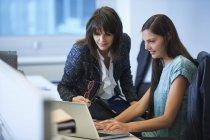 Empresárias trabalhando no laptop no escritório — Fotografia de Stock