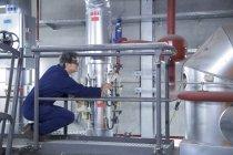 Инженерно-инспекционное оборудование с платформы доступа на электростанции — стоковое фото