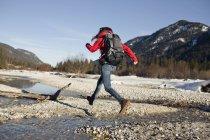 Joven senderismo en los Alpes, Alemania - foto de stock